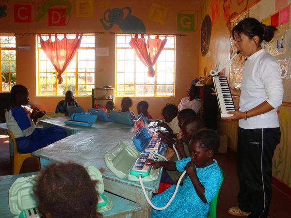 日本からの援助で届いた楽器で音楽遊びをする.JPGのサムネイル画像